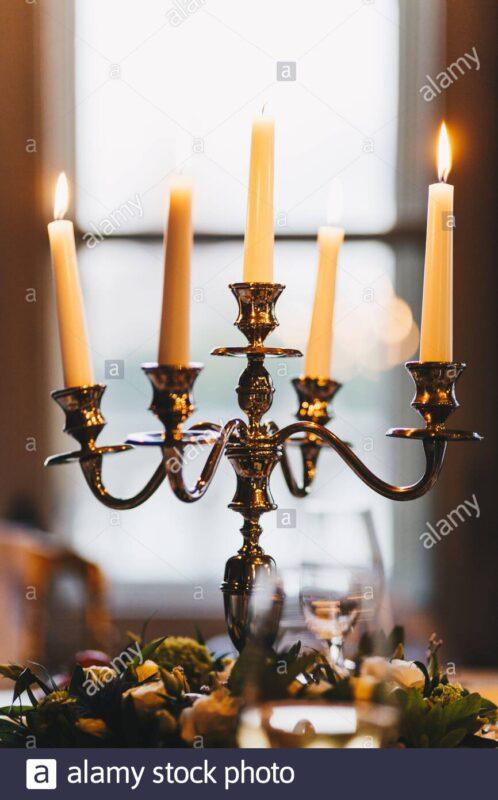 Candelabros antiguos con velas