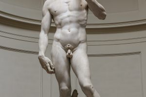 Estatua de hombre desnudo